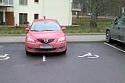 Пример того, как паркуются россияне в Финляндии. // njetparkering.blogspot.fi
