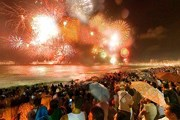 Новый год на пляже Копакабана встречают тысячи горожан и туристов. // pjlighthouse.com