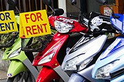 Многие туристы не имеют опыта управления скутером. // 8milesfromhome.com