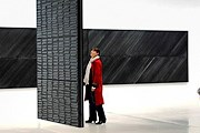 Главная тема в творчестве художника - черный цвет. // gloobbi.com