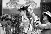 Фотографии представляют Коко Шанель за работой. // W