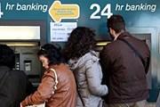 У кипрских банкоматов. // AFP