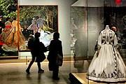 Картины дополнены изображенными на них платьями. // nytimes.com