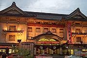Здание театра Кабуки – достопримечательность Токио. // tomandaudrey.com