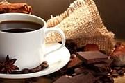 Во время прогулки по Парижу приятно выпить чашку свежесваренного кофе. // tapetus.pl