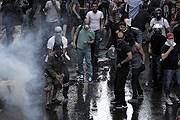 Полиция применяет слезоточивый газ. // AFP