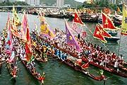 Гонки на лодках-драконах – главное развлечение лета в Гонконге. // sify.com