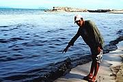 Черные разводы на песке оставлены топливом и отработанным маслом. // Supapong Chaolan