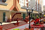 На улице расположены магазины и развлекательные центры. // rirubro.ru