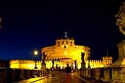 Замок можно посетить ночью. // enfocate.tumblr.com