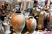 Антиквары предлагают туристам купить сувениры, которые невозможно вывезти. // flickr.com
