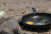 Туристы пытаются жарить яйца на солнце. // BBC