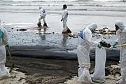 Сбор нефти с тайского побережья. // AFP