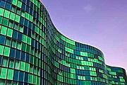 Здание отеля похоже на развевающийся флаг. // hilton.com