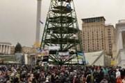 """Новогодний символ украшают флаги и венки. // В. Бородин, """"Вести"""""""