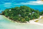 Отель занимает маленький остров. // enchantedseychelles.com
