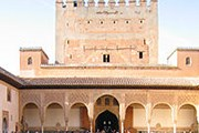 Крепость Альгамбра - важная достопримечательность Гранады. // Wikipedia