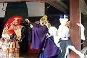 Актеры выступают в ярких масках и костюмах. // stay.com