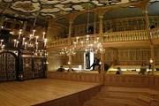 Театр полностью освещен свечами. // AP
