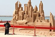 В честь открытия на пляже создали песчаные скульптуры. // chatru.com