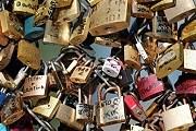 Тысячи замков уродуют Париж. // AP