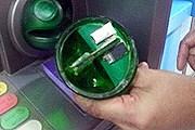Полиция снимает фальшивый слот с банкомата. // thailand-news.ru