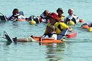 Купальщики в креслах для плавания. // chatru.com