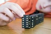 Основным источником шума стало домино.  // Timof, Shutterstock.com