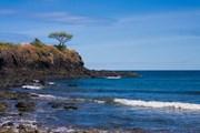 Каменистые рифы увеличивают волны.  // Pierre-Yves Babelon, Shutterstock.com