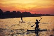 Серфинг с веслом все популярнее.  // GaudiLab, Shutterstock.com