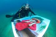 Автор разместил экспозицию под водой. // lideamagazine.com