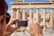 Туристам нравятся достопримечательности Греции.