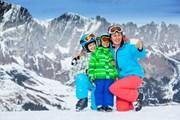 Есть различные семейные и детские ски-пассы.  // Max Topchii, Shutterstock.com