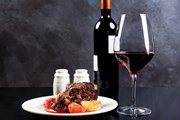 Туристы отведают вина и королевские блюда.  // Kostenko Maxim, Shutterstock.com