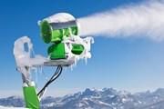 Снежные пушки пытаются исправить ситуацию.  // Boris-B, Shutterstock.com