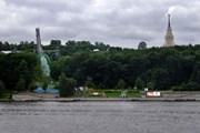Вид на Воробьёвы горы с Лужнецкой набережной  // Simm , Wikipedia