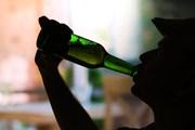 С 22:30 выпивать можно только в барах.  // Africa Studio, Shutterstock.com