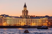 Ночные экскурсии по Неве пользовались спросом у туристов.