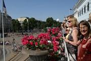 Туристы и горожане на балконе хельсинской ратуши // Visit Helsinki