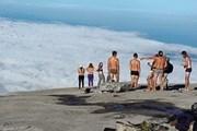 Туристы раздеваются для фотосессии. // malaysianreview.com