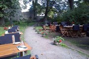 Рестораны предлагают посидеть в летнем дворике или на террасе. // Leib Resto ja Aed