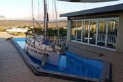 Единственная яхта, стоящая на воде, - ресторан отеля. // unusualhotelsoftheworld.com