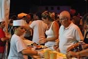 Морепродукты, вино и музыка приготовлены для гостей фестиваля. // iltabloid.it