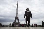 У памятников Парижа по-прежнему дежурят полицейские.