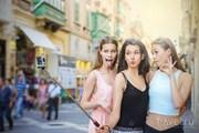 Судя по данным опросов, мода на селфи ужасно раздражает остальных туристов. // Ollyy, Shutterstock