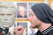 Скульпторы создают восковые фигуры Джеймсов Бондов.