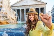 Туристы любят бросать монетки в римские фонтаны.
