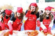 На осеннем фестивале кимчхи иностранцев учат заготавливать овощи по-корейски. // visitkorea.or.kr