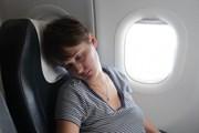 Сон в самолете поможет организму восстановиться. // Chubykin Arkady, shutterstock.com