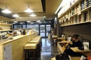 За чашкой кофе можно получить урок вязания. // italia-ru.com